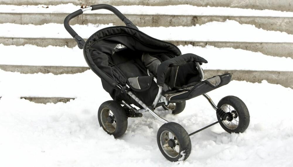 Barnevognen er blitt til en haug med vridde stålrør: Den kan ikke lenger slås opp, og kalesjen og setet er vridd.