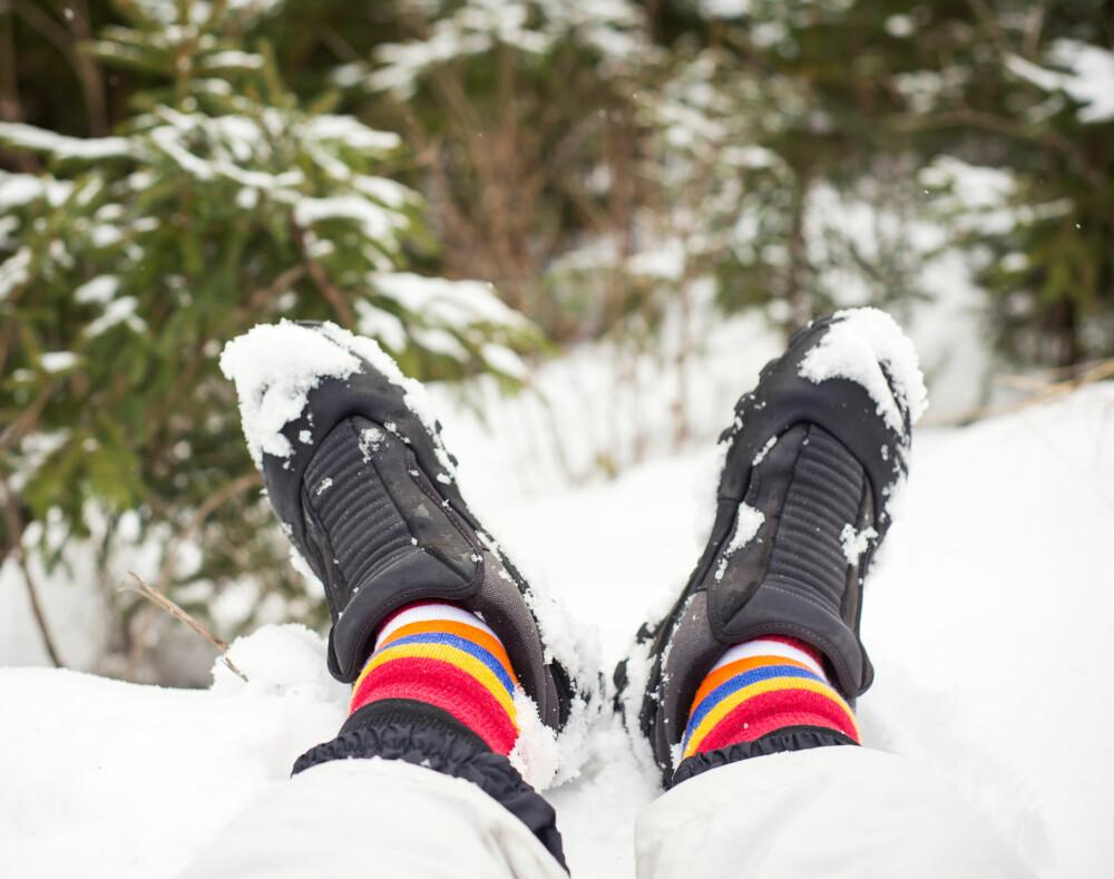 BORT FRA SNØEN: Husk å legge føttene på noe tørt når du setter deg ned for å ta pause.