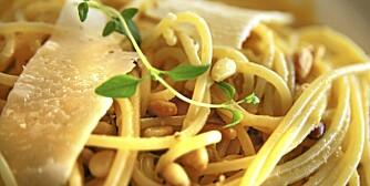 OPPSKRIFT PÅ PASTA: Pasta med sitron og pinjekjerner - og parmesan.