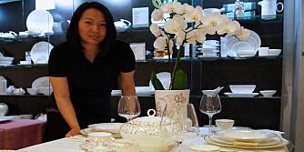 BESTSELGER: Assisterende butikksjef Dawn Valenzuela, viser frem gavebordet med serviset som selger best i bryllupssesongen.
