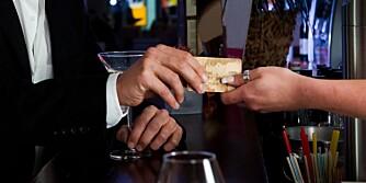 IKKE FRI BAR: Når gjestene har brukt mye penger på utdrikningslag, reise til bryllup og gaver, er det for mange en selvfølge at bare også skal være fri.