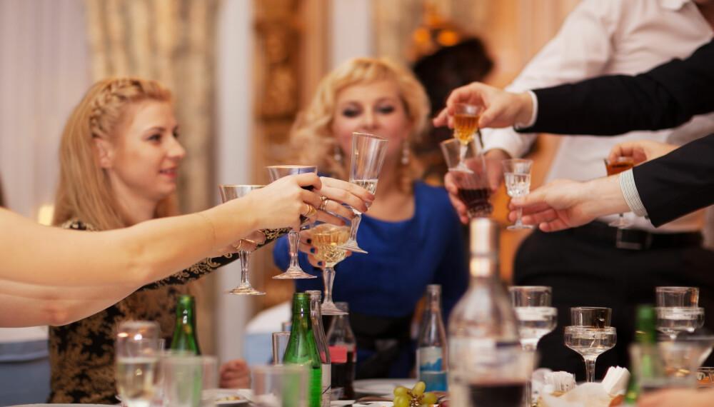 UHØFLIG: Ikke alle klarer å begrense seg når det er åpen bar. Men stupfulle bryllupsgjester er lite sjarmerende.