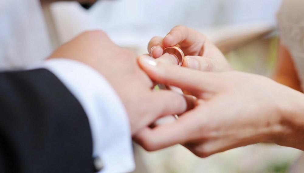 RIKTIG RING: Ekspertene mener at det klassiske og enkle, gjerne enstens diamantring, er gifterringtypen som faller i smak hos de aller fleste.