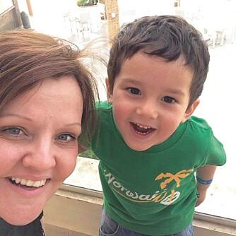 FORNØYD KAR: Julian (3) har alltid et smil på lur. Og Linda vet å sette pris på det.