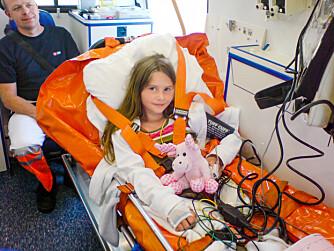 HJERTESTANS: Martines hjerte stanset mens hun badet. 10-åringen ble fraktet til Rikshospitalet i Oslo fra Bornholm i ambulanse.