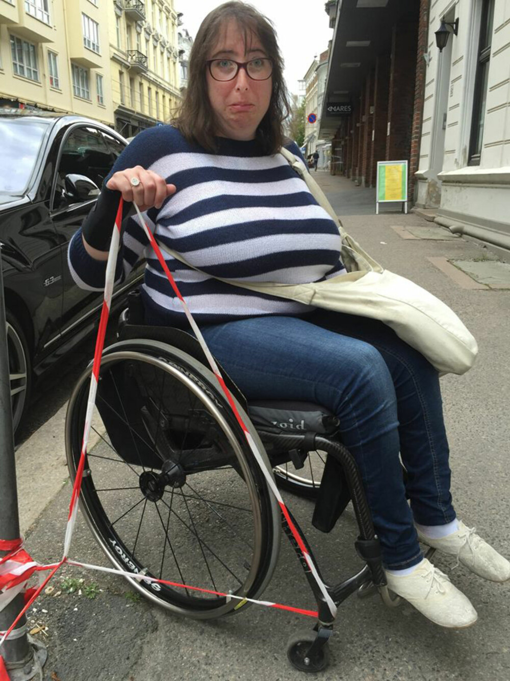 HINDRING: Å være avhengig av rullestol kan by på praktiske utfordringer. Men Miriam insisterer på at slike hinder også er en ressurs. Neste gang vet hun bedre hvordan hun skal vikle seg ut av sperrebåndet - eller unngå å vikle seg inn i det.