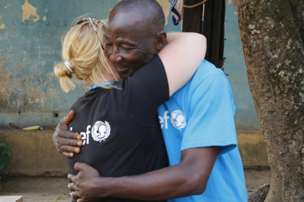 LITE LAND: Liberia har rundt fire millioner innbyggere. - Ingen er uberørt. Alle kjenner noen som har dødd, sier Helene. Her med Morris Kamara, som også jobber for UNICEF.