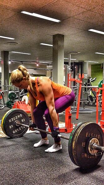 TUNG STYRKE: Så tung styrke at hun ikke klarer mer enn fem repetisjoner per gang, er Catrines hovedtreningsform. Her gjør hun markløft.