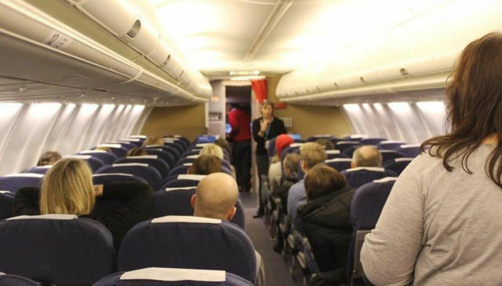 OM BORD: Ellen Halvorsen forklarer hva som skjer om bord i et fly.