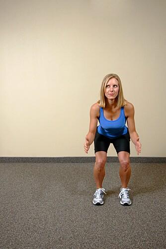 KNEBØY: Stå foran speilet mens du tar knebøy. Om knærne går innover har du sannsynlig overpronasjon når du løper.
