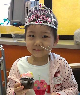 Alexis feirer bursdag på sykehuset.
