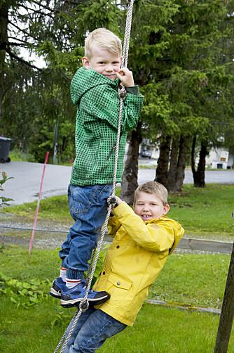 NÆRT FORHOLD: Henrik (t.v.) og lillebror Oliver har et godt brødreforhold. – De er nesten som tvillinger, sier foreldrene.