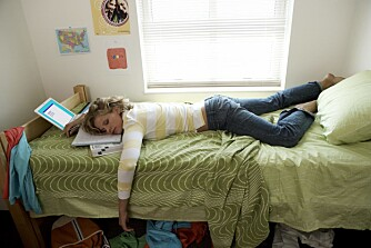 DROPP DETTE: Unngå å bruke PC, iPad eller mobil i sengen. Ha som regel at soverommet kun skal brukes til søvn og sex.