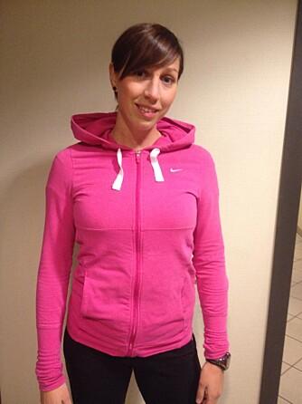 FYSIOTERAPEUT: Fysioterapeut og personlig trener ved Stamina hot, Astrid Saxi, anbefaler å varme godt opp i forkant av styrketrening. FOTO: Privat