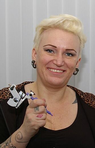 KARI KJELSKAU: Tatovør på Memento Tattoo i Oslo og leder av Norsk Tattoo Union. FOTO: Privat.