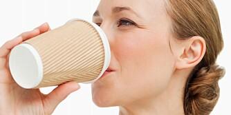 DYR KAFFE: Kjøper du et par kaffekopper i uken fra en kaffebar, vil du betale cirka 2755 kroner iløpet av et helt år.