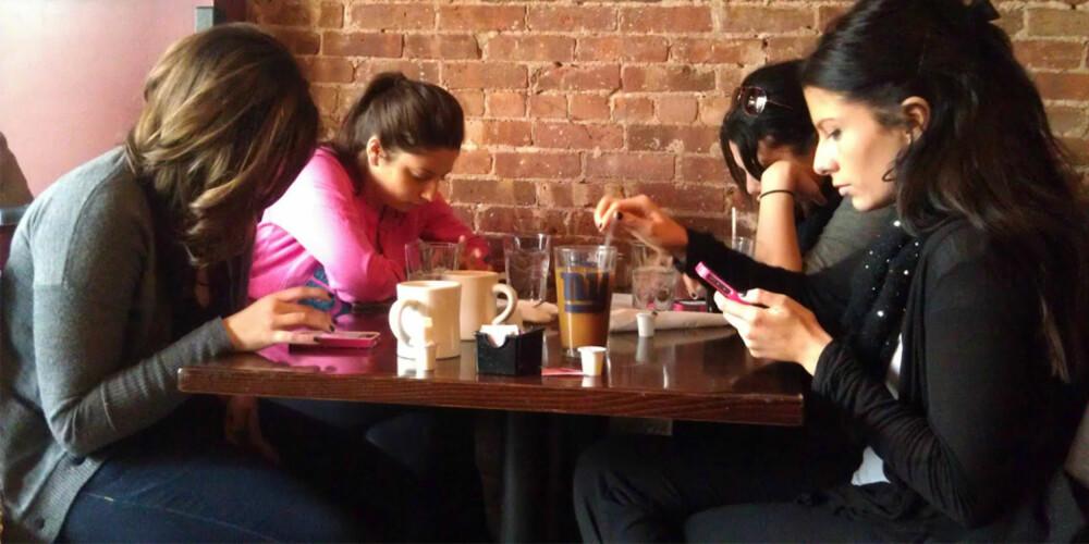 LEGG DEN VEKK: Her er det mange som synder. Telefonen skal ikke være fremme når du er i selskap, enten du er i bryllup eller på kafé med vennegjengen.