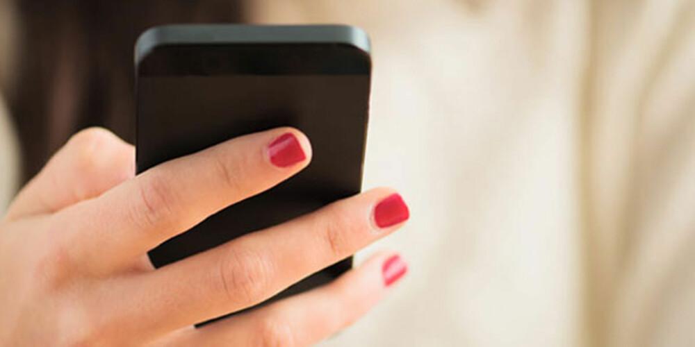 LEGG I VESKA: Nei, det er ikke OK å fikle med smarttelefonen når du er i selskap.