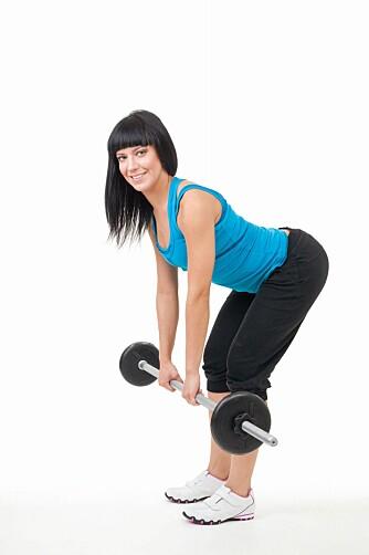 TREN MARKLØFT UTEN SKO: - Du vil få bedre kontakt med underlaget når du trener styrke barfot, det er dette som gir deg god balanse og stabilitet, sier Ina Lorentzen.