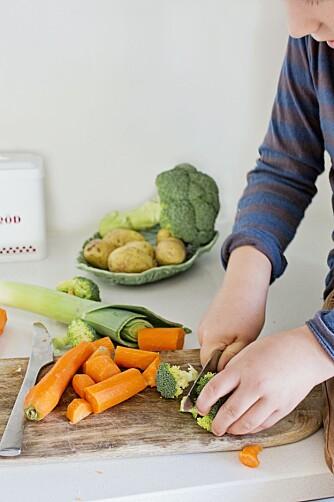 GRØNNSAKER: Barna kan gjerne kutte opp grønnsakene til denne kyllingretten selv.