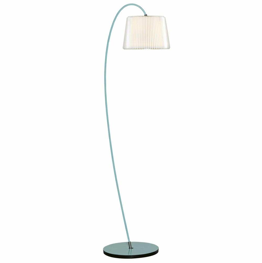 LANG OG TYNN: Den nå ikoniske lampen fra Le Klint med brettet skjerm er en interiørinvestering til hjemmet.