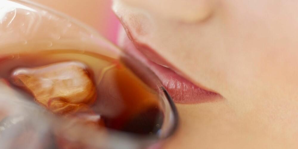 NYTELSE: Cola smaker best servert i tulipanformede glass med så kalde isbiter at de knitrer, mener sommelier Svein Lindin.