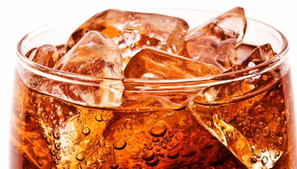 DUGGFRISK: Iskald brus servert i glass med isbiter er den optimale måten å nyte drikken på, i følge ekspertene.