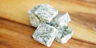 URTESMØR: Bruk enten flytende margarin eller matolje og bland urtene sammen i isbitterninger.