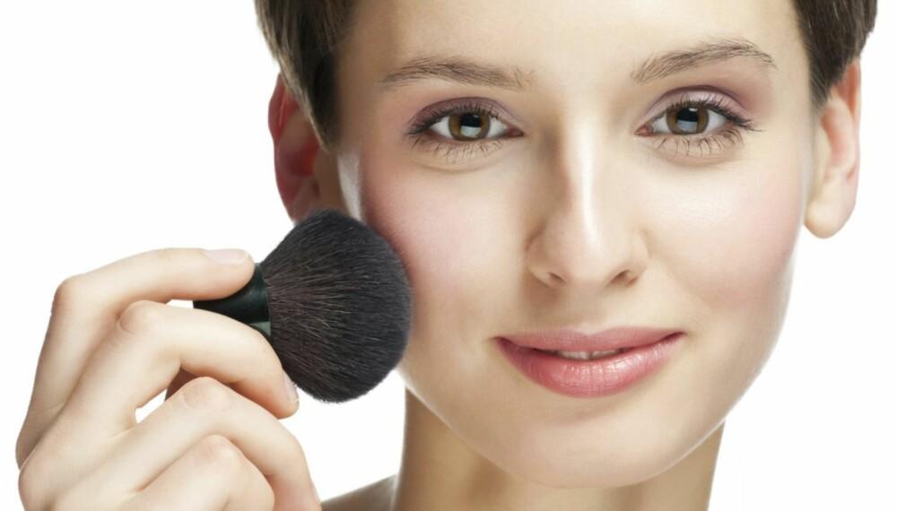AVGJØRENDE: Legger du rougen riktig gir du ansiktet et løft. Legger du den feil kan du ende med å se eldre ut enn du er.