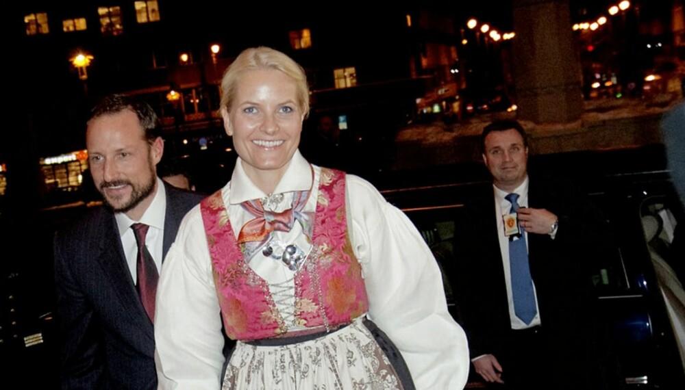 DYR BUNAD: Her er Mette-Marit iført en rekonstruert kvinnedrakt fra Laudal i Vest-Agder. Med sølv koster bunaden omlag 80.000 kroner.
