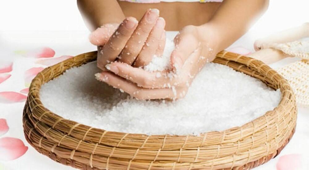 SKRUBB: Grovt salt fungerer bra som peeling. Kombiner det gjerne med andre, pleiende ingredienser.