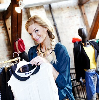 VELG RIKTIG: En trendy stil trenger heller ikke koste så mye dersom man bare passer på å velge riktige farger for tiden man er i. Her viser Kathrine Sørland en annen favoritt.