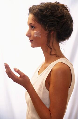 UTÅLMODIG: - Kvinner er utålmodige! De holder ofte ikke ut lenge nok med ett produkt til å få full effekt av det. Det å skifte produkter veldig ofte er ikke lurt, da det kan stresse huden, mener fagsjefen.