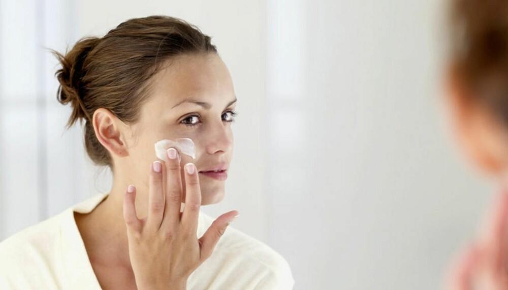 DAGLIG PLEIE: - Ved å slutte med hudpleieprodukter vil huden desperat forsøke å tilpasse seg miljøutfordringene som forurensning, tørr luft, kald luft, kosthold, sol, sigaretter, PC-bruk og så videre, mener Linda Johansen.