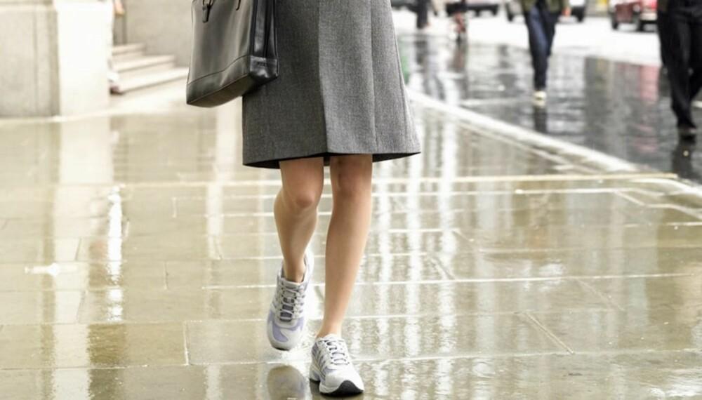 FEIL: - Om alle andre har på seg dressko vil dine flate sneakers virke mindre profesjonell, sier Daneel Foyer.
