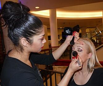 FEIL FARGE: - Den vanligste tabben er fargevalg på foundation, at man enten velger for lys eller for mørk farge til ansiktet. Men mange bruker også solpudder på feil måte. Ikke legg solpudderet i hele ansiktet, men legg det i ytterkanten for å få frem korrigeringen og litt farge i ansiktet, anbefaler makeupartist Mina Singh som her sminker en modell.