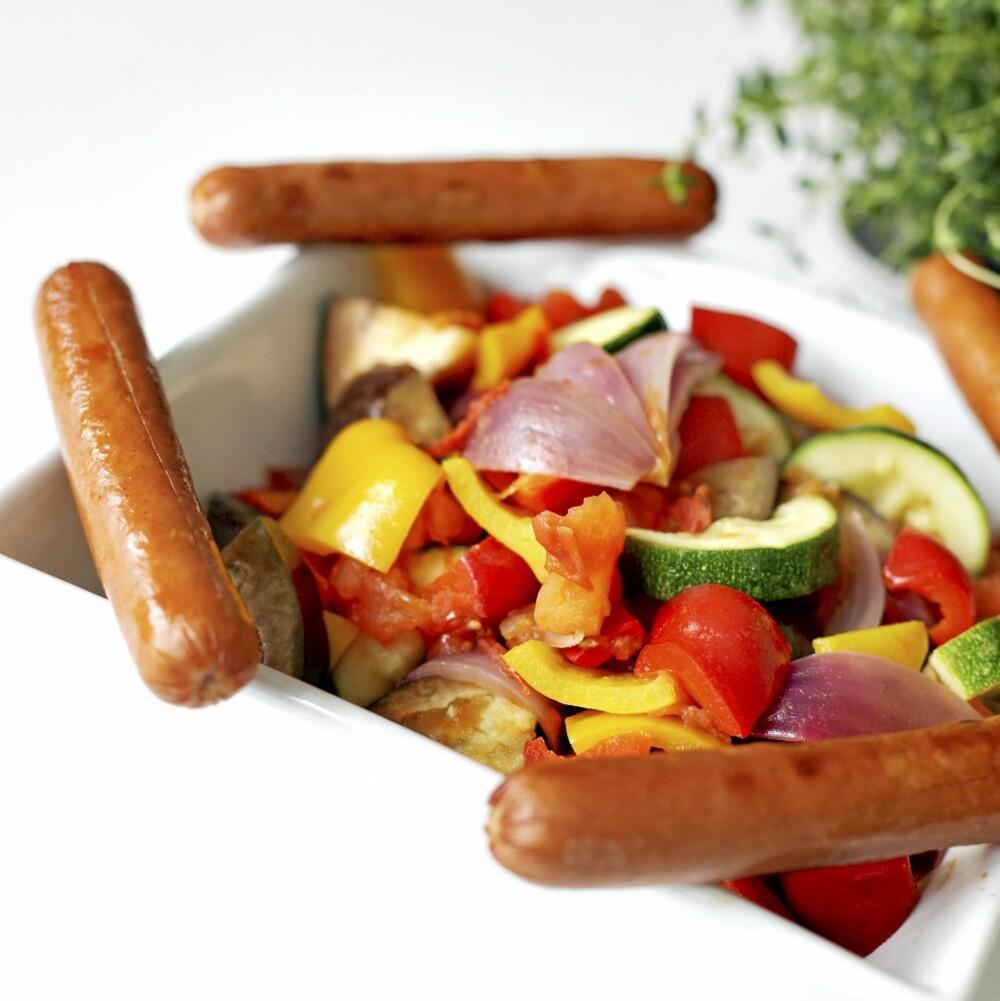 MER GRØNNSAKER ENN PØLSER: Grillpølser med ratatouille er det sunneste alternativet.