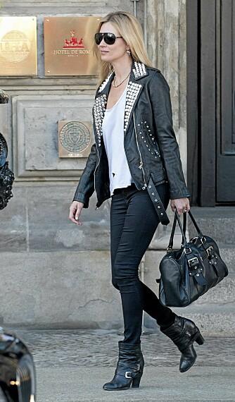 STILIKON: Kate Moss er ofte å se i skinnjakke. Her bruker hun en røff variant med nagler.