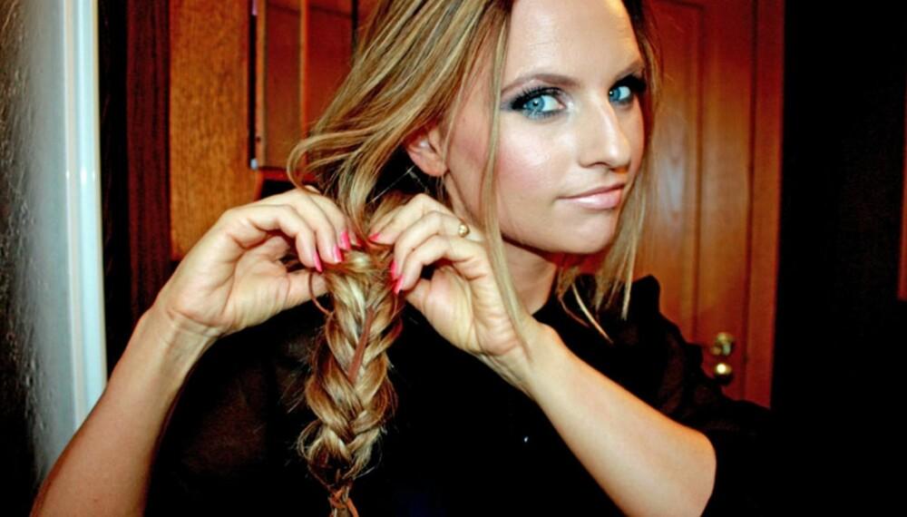 FLETTE: Frisør Sølvi Bjørnevoll fletter en tidløs frisyre, men du kan gjøre den mer trendy med tilbehør som skinnreim og fjær, og til og med pastellfarger i tuppene.