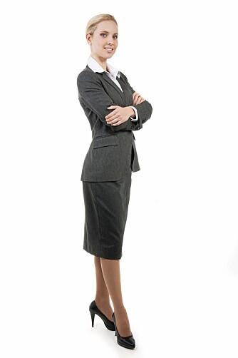 HVEM ER DU? Ha et aktivt, bevisst forhold til det. Hvilken arbeidsplass er det? Hvordan kler kollegaene seg og hvordan kler brukerne eller kundene seg?Og hvem er du i dette?