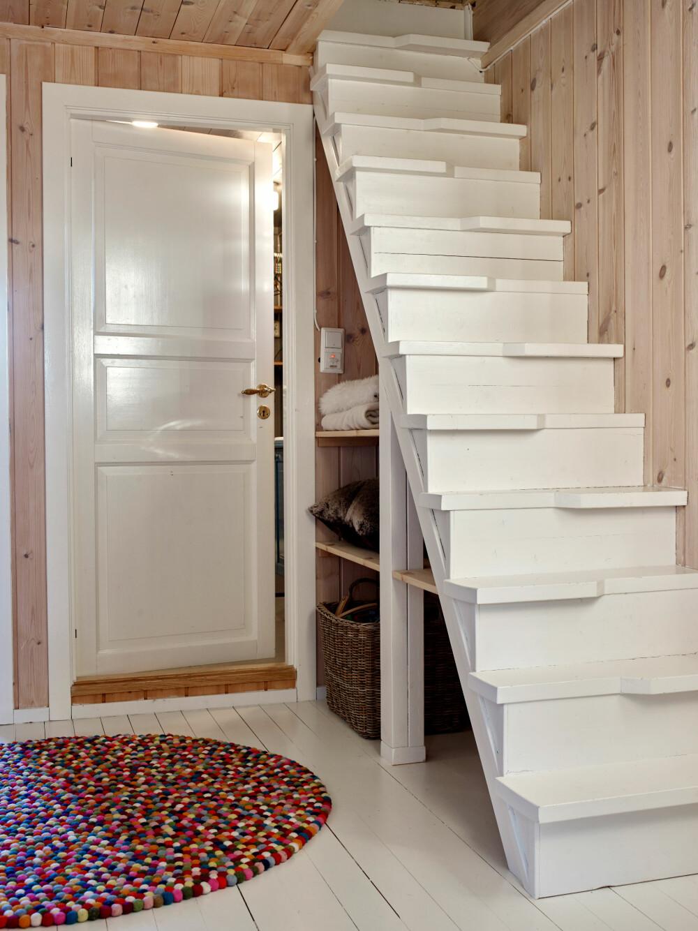 PLASSBESPARENDE: Den lille hemsen brukes også som soverom, og den måtte ha en god trapp. Med liten plass tilgjengelig tegnet Anette selv en plassbesparende trapp. Matte fra Hay.