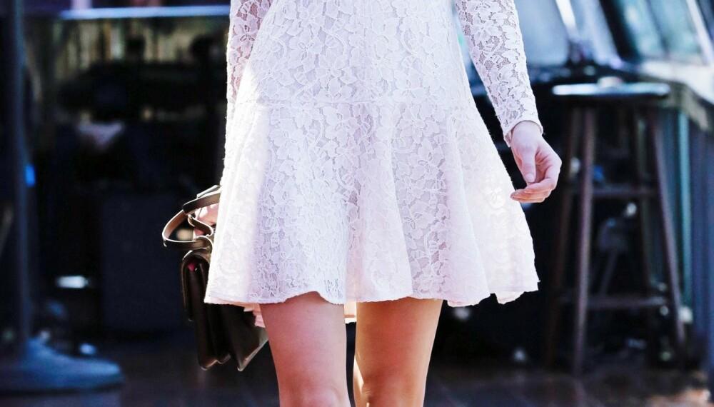 BLONDEKJOLEN: Har du også lagt din elsk på den hvite blondekjolen denne sommeren? Frykt ikke – stylet på rett måte kan den lett bli med deg inn i høstgarderoben også.