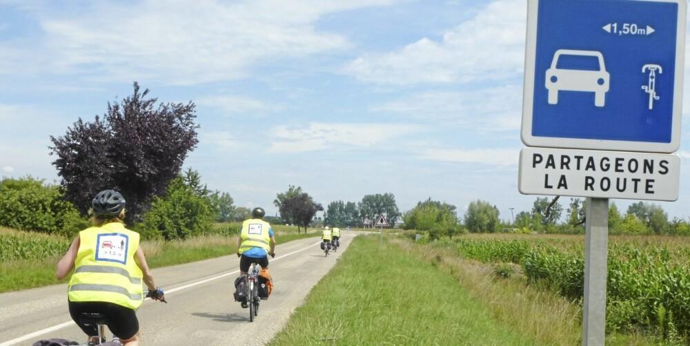 Syklistenes Landsforening vil ha et minimumskrav på 1,5 meter til trygg forbikjøring av syklister. BIldet er fra Frankrike som praktiserer regelen.