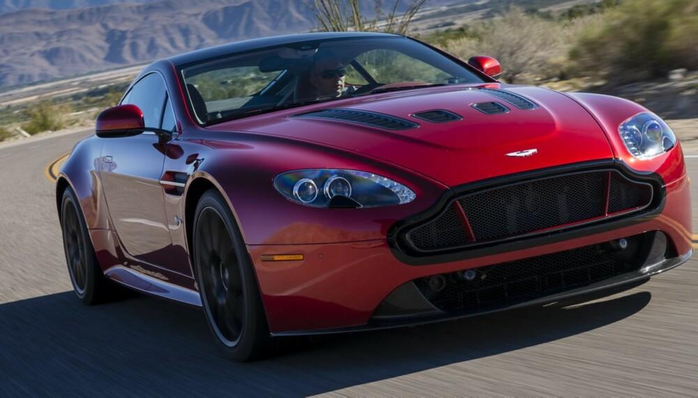 EKSTREM: Aston går egne veier. Raskere enn noensinne. Her i en farge som står til ytelsene: Volcano Red. FOTO: Produsent