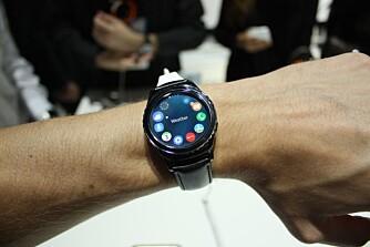 NAVIGASJON: Ringen rundt Gear S2 bruks til å navigere i smartklokkens menyer. En smart og intuitiv løsning.