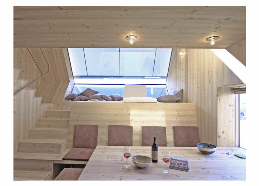 SPISE/STUE: Spiseplassen er også stue. Vinduet ved spiseplassen gjør at man ikke går glipp av utsikten.