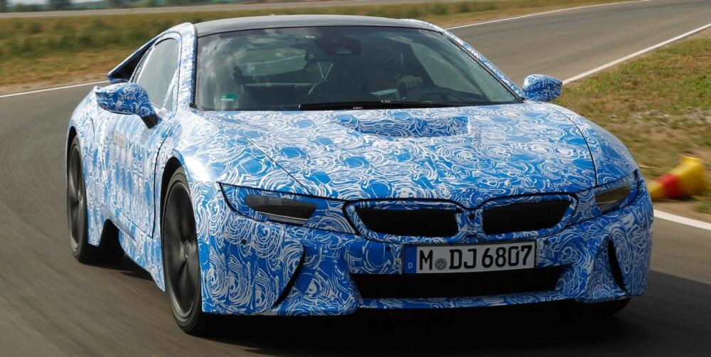 KAMUFLERT: Vi prøvekjørte en kamuflert versjon av BMW i8 før lansering. FOTO: BMW