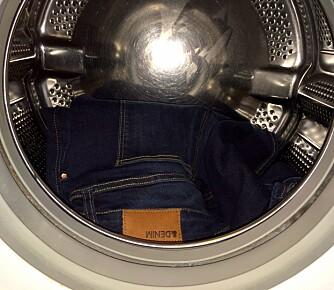VANLIG VASK: Test-jeans B ble lagt til normal vask på 40 grader for å se hvor mye farge den mistet på sin første vask.