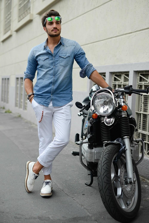 DENIMSKJORTE: Menn bør ha flere typer skjorter i basisgarderoben, blant annet en denimskjorte.