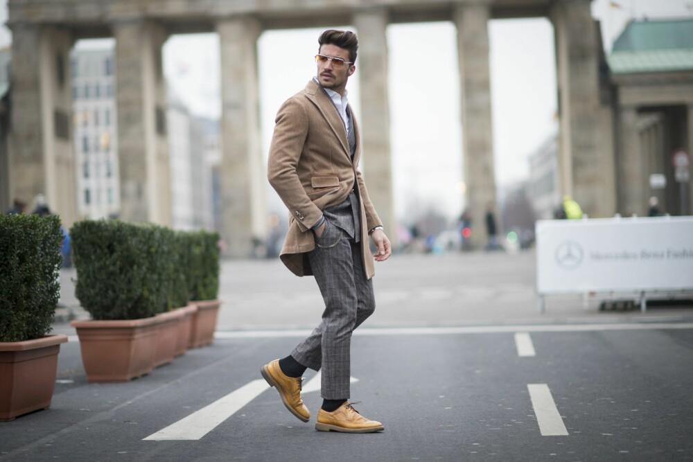 FRAKK: - Tenk på materialet du velger, så kan den også funke godt til en høst/vår frakk når du er på vei til jobben en litt kjølig morgen, tipser stylist og moteblogger Frank Ragnarsson.